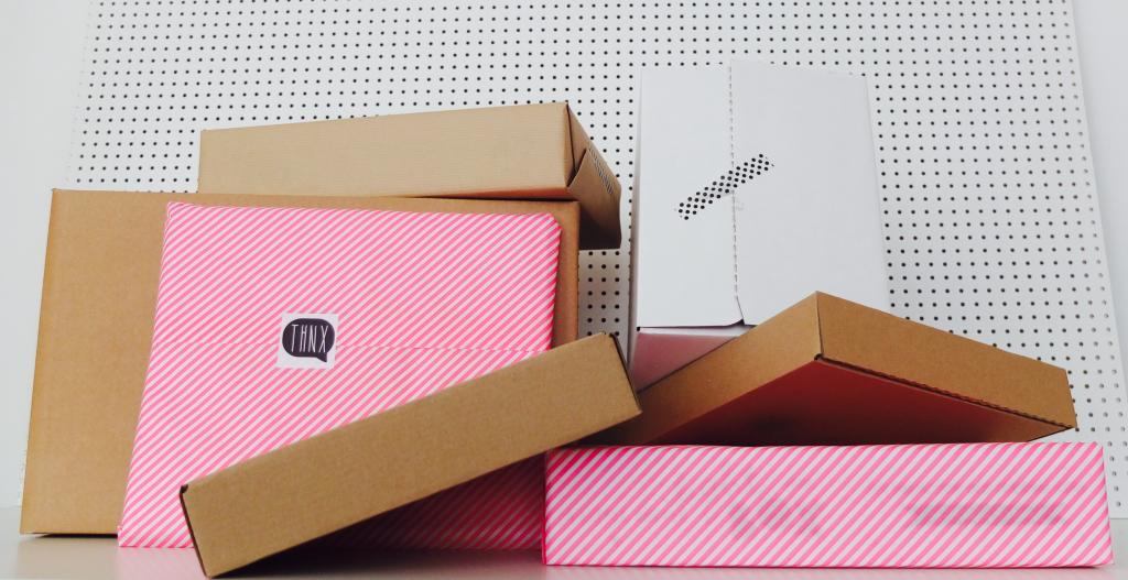 Pakete und Kartons bereit zum Verschicken